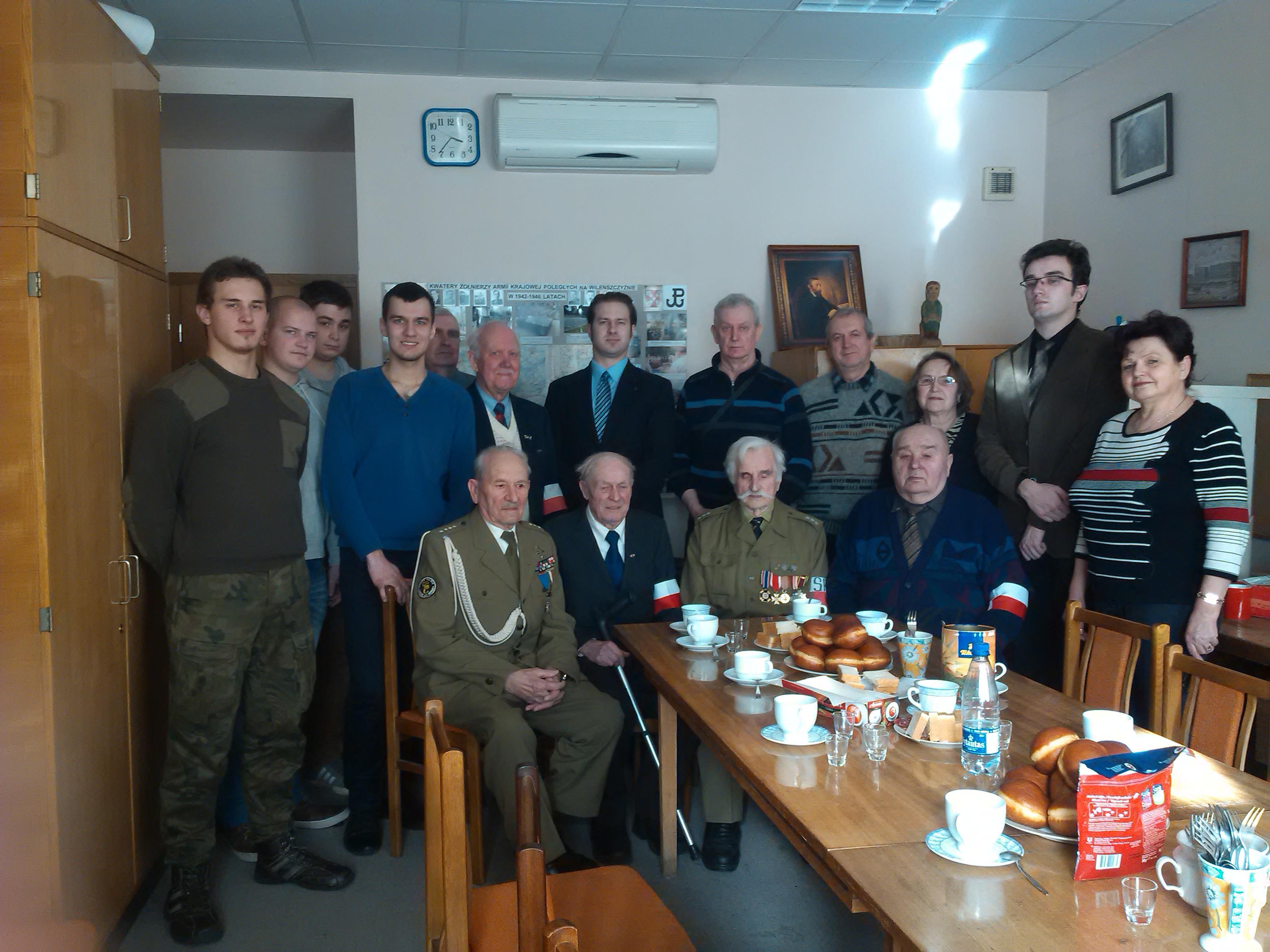 Młodzież odwiedziła kombatantów podczas ich zapustowego spotkania Fot. Rajmund Klonowski
