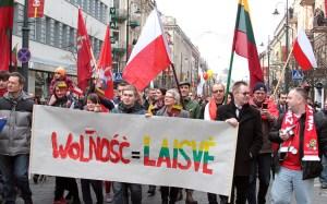W Marszu Niepodległości nie zabrakło również biało-czerwonych flag Fot. Marian Paluszkiewicz