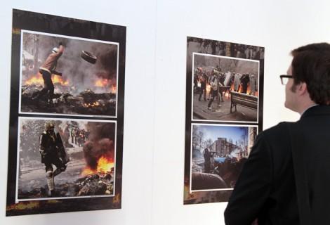 """Fotografie przedstawiają chwile starć demonstrantów z """"berkutowcami"""" i migawki z życia codziennego manifestantów Fot. Marian Paluszkiewicz"""