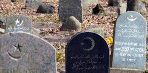 Na nagrobkach muzułmańskich widać napisy w językach arabskim, polskim, rosyjskim, litewskim  Fot. Marian Paluszkiewicz