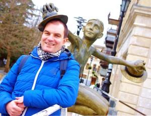 """Na Białym Moście turyści lubią pozować do zdjęć wraz z bohaterem filmu """"Niezwykła wystawa"""" Fot. Brygita Łapszewicz"""
