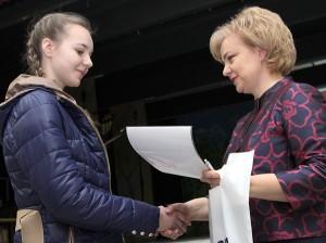 Dyrektor Żaneta Jankowska wręczyła nagrody autorom najlepszych konkursowych prac plastycznych Fot. Marian Paluszkiewicz