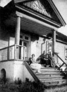 Na ganku Kartofliszek. 1924, od lewej: wnuczka p. Monkiewiczowej, p. Monkiewiczowa (w czarnym) i moja prababcia Fot. archiwum