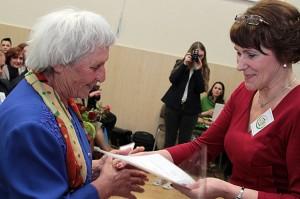 Zasłużonym nauczycielom dyrektor wręczyła dyplomy Fot. Marian Paluszkiewicz