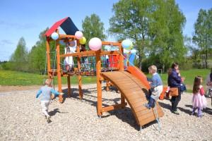Na miejscach zabaw dzieci mają okazję rozwijać się fizycznie oraz integrować się z rówieśnikami