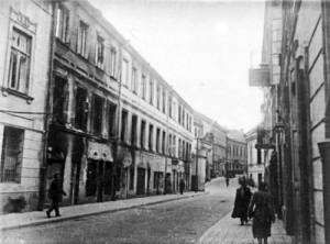 Na miejscu zburzonego domu Wawrzyńca Gucewicza (z lewej) urządzono parking samochodowy i skwer Fot. archiwum