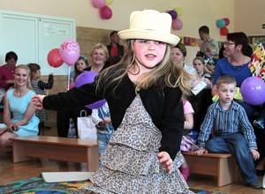 Mając śliczną sukienkę nie wolno zwyczajnie siedzieć na krzesełku ― trzeba wstać i zatańczyć, aby wszyscy ją zobaczyli! Fot. Marian Paluszkiewicz