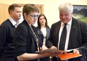 Z uczestnikami wiecu spotkał się zastępca kanclerza rządu Rimantas Vaitkus (od prawej) Fot. L.24.lt