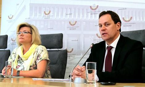 Europoseł Waldemar Tomaszewski, przewodniczący AWPL oraz posłanka Wanda Krawczonok, wicestarosta sejmowej frakcji AWPL, przedstawili wyniki wyborów samorządowych Fot. Marian Paluszkiewicz