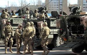 Stała obecność amerykańskiego ciężkiego sprzętu w krajach bałtyckich ma nie tylko rozwiązać problemy logistyki na czas wspólnych manewrów, ale też może być elementem odstraszania Rosji      Fot. Marian Paluszkiewicz