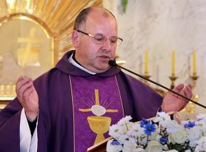 Proboszcz Jan Matusewicz podczas celebracji Mszy św. Fot. Marian Paluszkiewicz