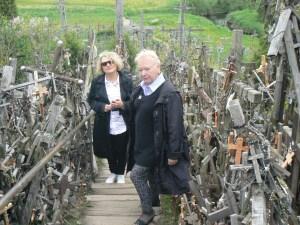 Poetki Teresa Kaczorowska i Urszula Tom wspinając się po schodach na Górę Krzyży były pełne wzruszenia  Fot. Aleksander Lewicki