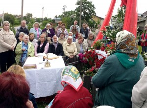 Najbardziej aktywne czcicielki nabożeństw majowych i czerwcowych przy miejscowym krzyżu      Fot. Marian Paluszkiewicz