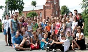Polska grupa dzieci i animatorów z wileńskiej parafii Jana Bosko w Twereczy z ks. Massimo Bianco