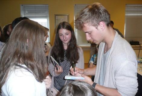 Po spotkaniu dziewczyny ustawiły się w kolejkę, aby zrobić sobie selfie z młodym aktorem Fot. Justyna Giedrojć