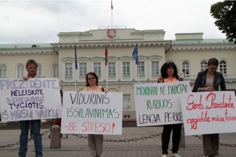 Protestujący trzymali transparenty i tabliczki z napisami, m. in:,,Wykształcenie średnie – bez stresu!'', ,,Szanowna prezydent obronić nasze prawa'' Fot. Marian Paluszkiewicz