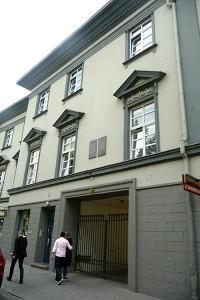 Były dom Müllerów z dwujęzyczną tablicą pamiątkową poświęconą Moniuszce