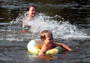 Podczas odpoczynku na plaży po każdej kąpieli należy ponownie posmarować się kremem Fot. Marian Paluszkiewicz