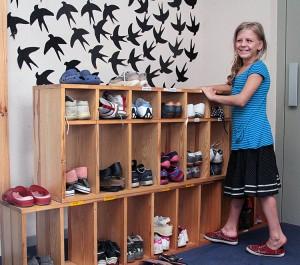 Ewelinka jako ostatnia zakłada buty, wszyscy już są na podwórku zabaw Fot. Marian Paluszkiewicz