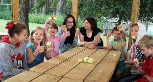 Anna Wojtiukiewicz bardzo lubi takie chwile — relaksu i luźnej rozmowy z dziećmi Fot. Marian Paluszkiewicz