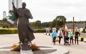 W 15. rocznicę pielgrzymki św. Jana Pawła II na Litwę na placu przed szydłowiecką bazyliką stanął pomnik Papieża-Polaka, jeden z nielicznych na Litwie Fot. Marian Paluszkiewicz