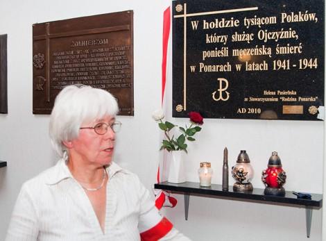 Maria Wieloch podczas otwarcia tablicy pamiątkowej poświęconej ofiarom zbrodni ponarskiej w DKP w Wilnie w 2010 r. Fot. Marian Paluszkiewicz