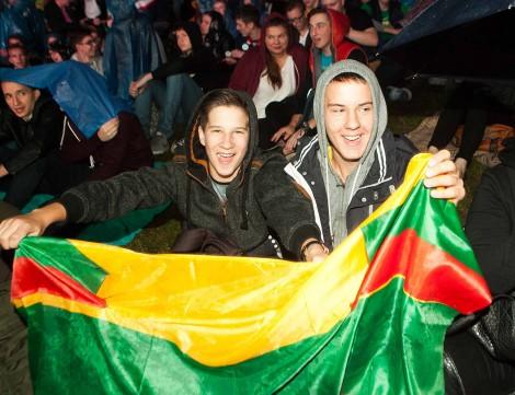 Na dużym ekranie przy Białym Moście w Wilnie kibice trzymali flagę litewską i z zapartym tchem obserwowali mecz reprezentacji Litwy z Hiszpanią Fot. ELTA