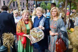 Stoisko rejonu wileńskiego odwiedziła prezydent Dalia Grybauskaitė i starosta sejmowej frakcji AWPL Rita Tamašunienė