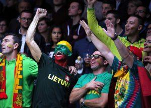 Trójkolorowe flagi, szaliki i okulary, koszulki z litewską symboliką i nawet odpowiedni makijaż ― uzbrojeni w takie gadżety koszykarskie kibice oglądali mecze Fot. EPA-ELTA