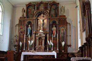 Ołtarz główny z łaskami słynącą figurą Ukrzyżowanego Zbawiciela