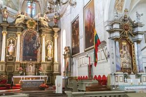 Zawieszona nad głównym ołtarzem flaga litewska ma chyba świadczyć, że symbioza dwóch onegdaj zażyłych pierwiastków jest już przeszłością Fot. Marian Paluszkiewicz
