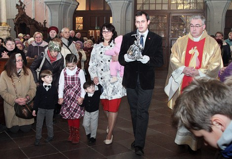 Uroczyste wniesienie relikwii do kościoła Fot. Marian Paluszkiewicz
