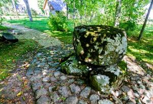 Według legendy, siostry Iwanowskie swoją polsko-litewską symbiozę twórczą przekładały na papier właśnie przy tym kamiennym stole w parku przed rodzinnym dworkiem Fot. Marian Paluszkiewicz