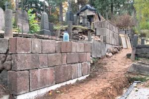 Boki całej alei, wzdłuż której z niektórych grobów były widoczne nawet szczątki trumien, zostały zabezpieczone Fot. Marian Paluszkiewicz