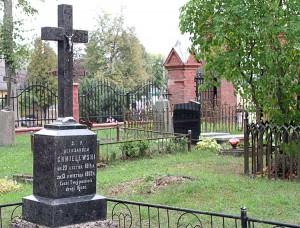 Grób Aleksandra Chmielewskiego znajduje się po prawej stronie kościoła. To on, marszałek szlachty Guberni Kowieńskiej, za dostarczanie broni powstańcom otrzymał karę 10 lat zsyłki Fot. Marian Paluszkiewicz