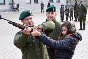 Dziewczęta też miały możliwość oddania strzału Fot. kpt. Marius Zapalis