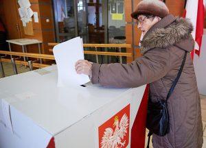 UUP Rinkimai Lenkija Parlamentas Lenkijoje vyksta parlamento rinkimai. EPA-ELTA nuotr. Varðuva, spalio 25 d. (dpa-ELTA). Lenkijoje sekmadiená vyksta naujo parlamento rinkimai. Balsavimo teisæ juose turi daugiau kaip 30 mln. þmoniø. RS