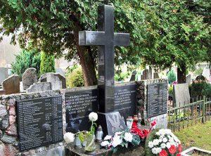 Na płycie z granitu widnieją nazwiska pochowanych legionistów Fot. Marian Paluszkiewicz