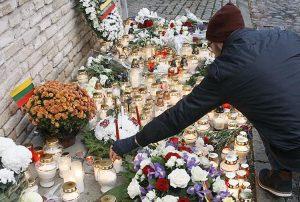 Wilnianie i goście stolicy przychodzą pod ambasadę Francji na Litwie, aby zapalić znicze oraz złożyć kwiaty Fot. ELTA