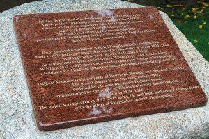 Tablica pamiątkowa, przypominająca o najważniejszych faktach historycznych, jest też swoistym pomnikiem dla samorządu solecznickiego Fot. Marian Paluszkiewicz