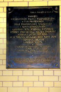 Na Dworcu Toruń Główny odsłonięto tablicę upamiętniającą przyjazd profesorów Uniwersytetu Stefana Batorego z Wilna do Torunia Fot. archiwum