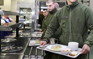 O 13. 00 żołnierze mają obiad, na który nie można spóźnić się ani minuty Fot. Marian Paluszkiewicz