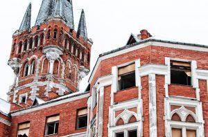 Szacuje się, że wartość neogotyckiego pałacu sięga 1,2 mln euro Fot. Marian Paluszkiewicz