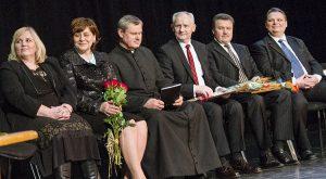 Dla wręczenia dyplomów uznania finalistów zaproszono na scenę Fot. Marian Paluszkiewicz
