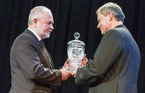 Kryształowy puchar zwycięzcy plebiscytu wręczył Zygmunt Klonowski Fot. Marian Paluszkiewicz