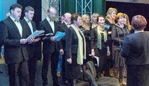Schola parafialna z Mejszagoły pogratulowała zwycięstwa swemu proboszczowi w sposób muzyczny Fot. Marian Paluszkiewicz