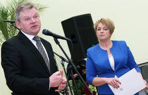 Gratulacje na ręce dyrektor szkoły Hanki Grzybowskiej składał wiceprzewodniczący Sejmu Jarosław Narkiewicz Fot. Marian Paluszkiewicz