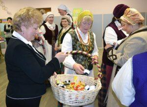 Mer obdarowała zebranych słodyczami i odblaskami