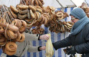 Stragany były pełne obwarzanków sprzedawanych na sznurach Fot. Marian Paluszkiewicz