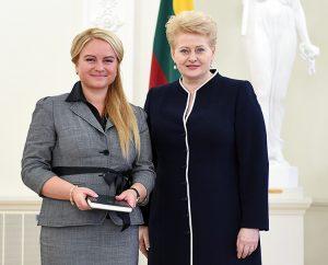 Zwyciężczyni konkursu z wiedzy o Konstytucji RL Rita Piechowska z prezydent  Fot. archiwum rodzinne